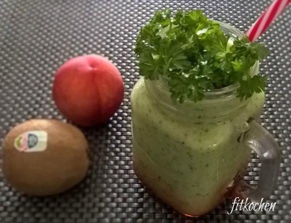 Grüner Smoothie mit Avocado, Kiwi, Nektarine und Petersilie