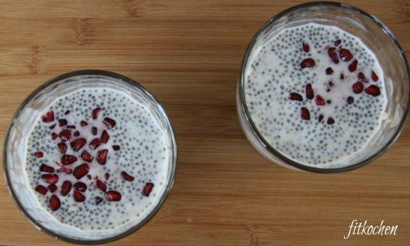Schokoladiger Fitjoghurt mit Chiapudding und Granatapfel