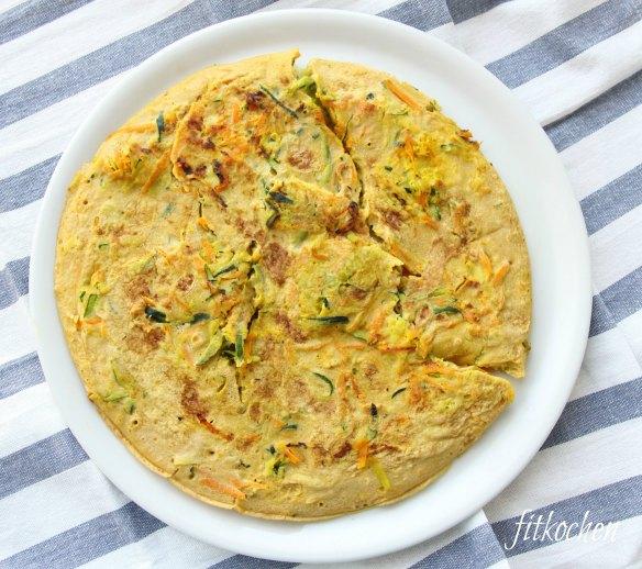 Glutenfreies vegetarisches Omelett mit Karotten und Zucchini